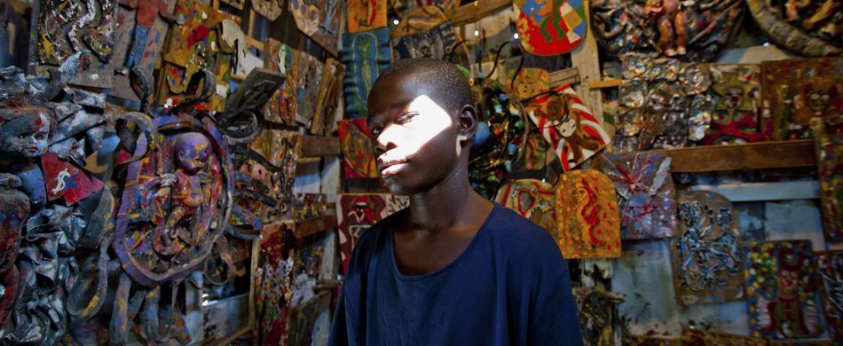 Pierre fa parte di Atis rezistans, un gruppo di artisti di Port-au-Prince, creatori di un'arte che mette insieme cultura haitiana e materiale di recupero. É uno degli esempi della capacità di resistere.  Foto: Andri Tambunan / CORBIS.