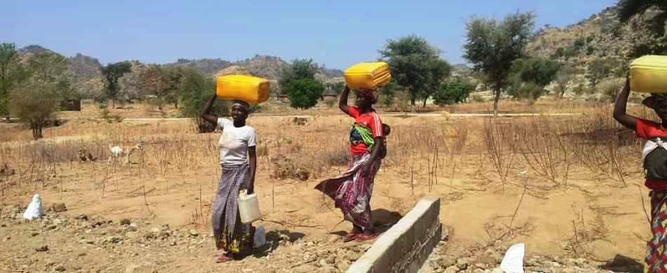 Donne del villaggio di Mbadlak, in Camerun, accorrono al pozzo costruito grazie al vostro aiuto.
