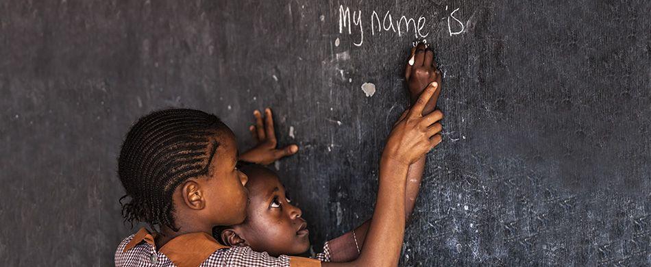 Bambine scrivono alla lavagna in una scuola in Kenya
