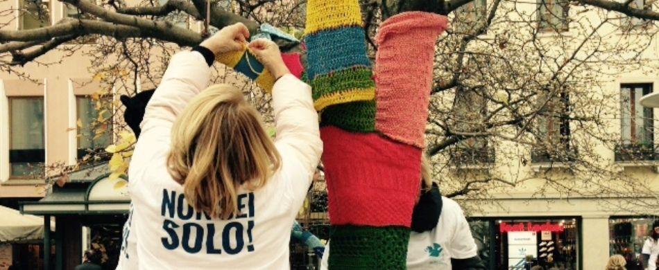 Alcune volontarie della De Leo Fund Onlus preparano un'installazione di «tree knitting» a Padova.