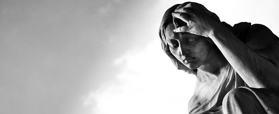 Statua dolente nel Cimitero monumentale della Certosa di Bologna