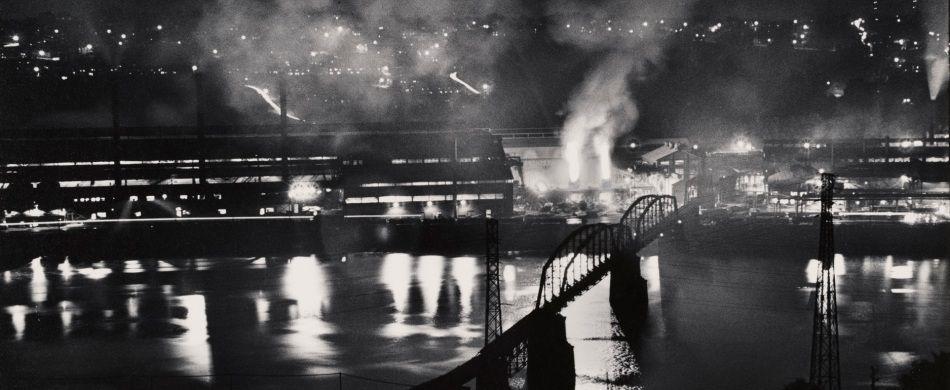 Stabilimento National Tube Company, U.S. Steel Corporation, McKeesport, e ponte ferroviario sul fiume Monongahela / National Tube Company works, U.S. Steel Corporation, McKeesport, and Union Railroad Bridge over the Monongahela River, 1955-1957. Stampa ai