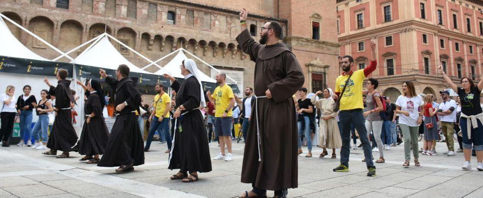 Un momento di ballo di gruppo in Piazza Maggiore a Bologna
