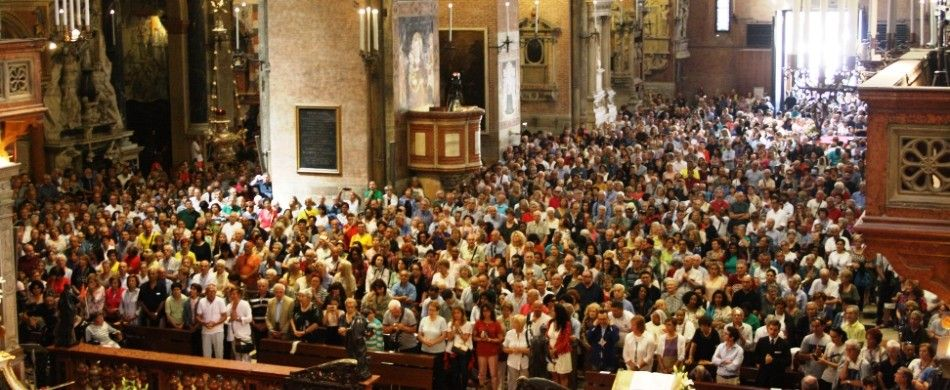 la folla di fedeli in Basilica alla messa delle 10.00