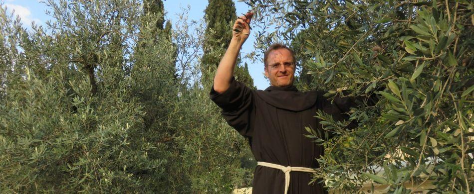 Fra Diego Dalla Gassa tra gli ulivi del convento del Getsemani.
