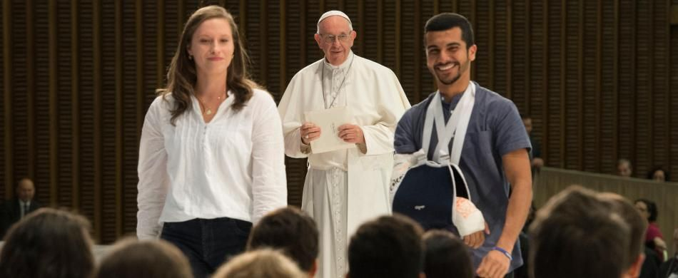 papa Francesco con due giovani durante il Sinodo