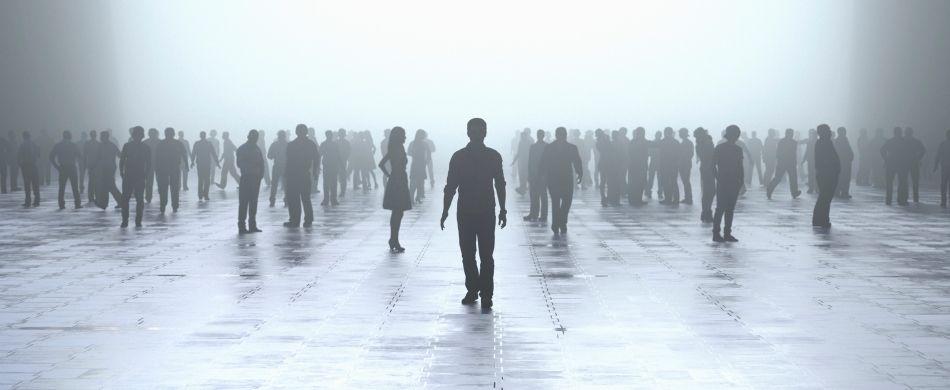 Una folla anonima di persone in una piazza