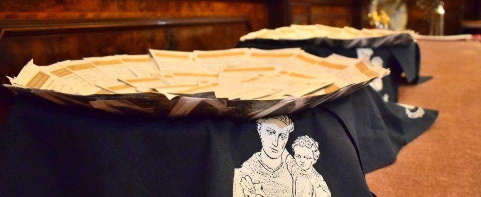 Le lettere dei devoti portate al santo.