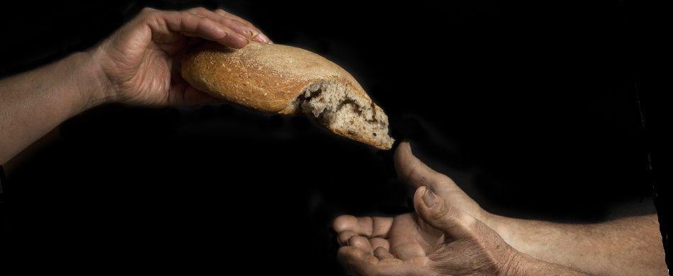 mani che si passano il pane