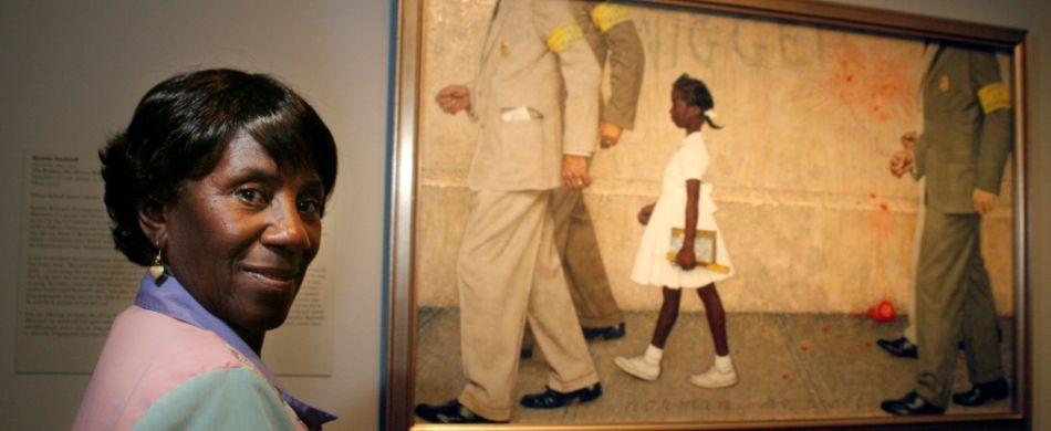Lucille Bridges ritratta nel 2006 davanti al dipinto di Norman Rockwell «The problem we all live with» (1964), che ritrae sua figlia Ruby.