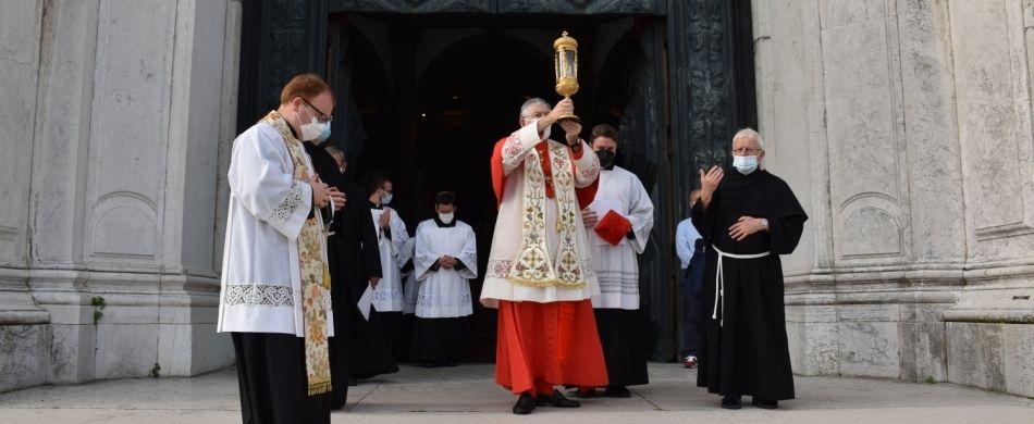 Il patriarca di Venezia mons. Francesco Moraglia esce dalla Basilica della Salute con la reliquia di sant'Antonio tra le mani. Direzione: Padova.