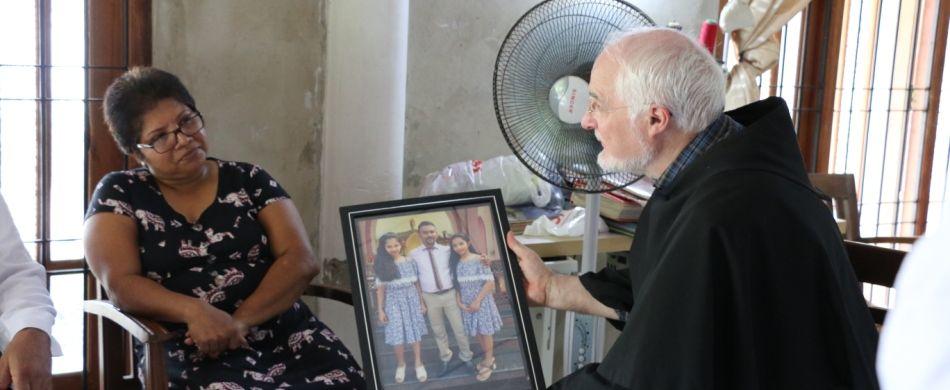 Colombo. Sri Lanka. Fra Giancarlo Zamengo parla con una donna che ha perso tutta la famiglia negli attentati di Pasqua.