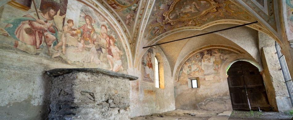 Gli affreschi del porticato esterno della chiesa dei SS. Eusebio e Vittore a Peglio (CO).
