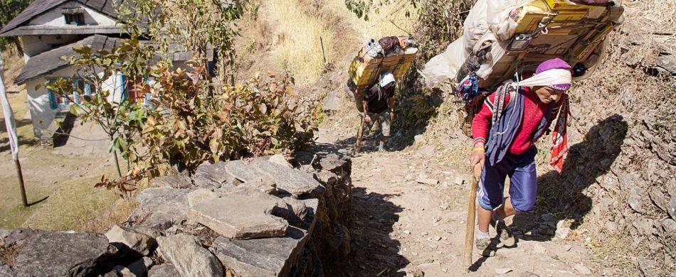 Uno sherpa sul sentiero per Lamajura La.