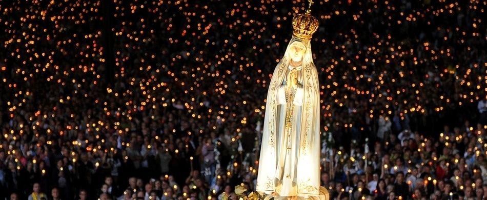 L'immagine della Madonna di Fatima in processione notturna nel piazzale antistante il santuario.