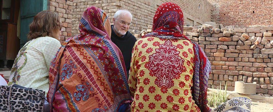 Fra Giancarlo Zamengo con le donne del villaggio cristiano di Khushpur