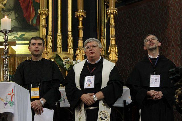 Fra Marco Tasca, ministro generale dell'Ordine dei frati minori conventuali (al centro), e fra Simone Tenuti (a sinistra) durante la Messa nella Basilica di San Francesco a Cracovia il 26 luglio - WYD2016 / Eryk Markowski