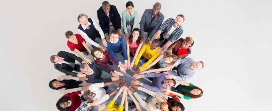 lavoratori in cerchio, si appoggiano l'uno all'altro