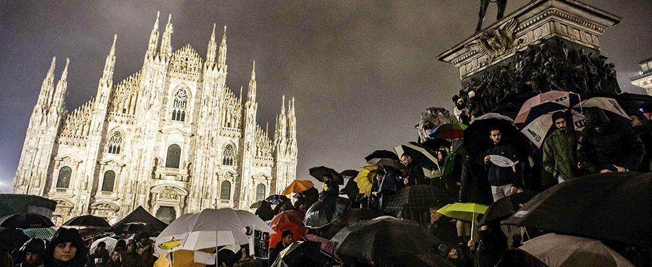 la protesta delle Sardine in piazza Duomo a Milano