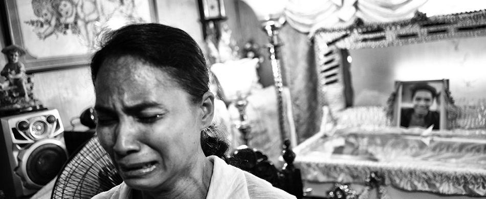 Ultimo saluto a Ephraim Escudero, 19 anni, padre di due bambini. Il giovane è una delle vittime collaterali della guerra di Duterte. - ©Ugo Lucio Borga