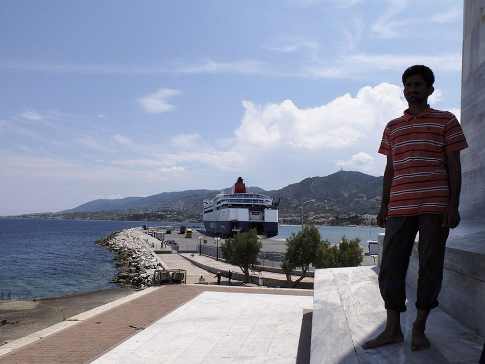 Un migrante al porto di Mitilene, isola di Lesbo, Grecia - Gilberto Mastromatteo