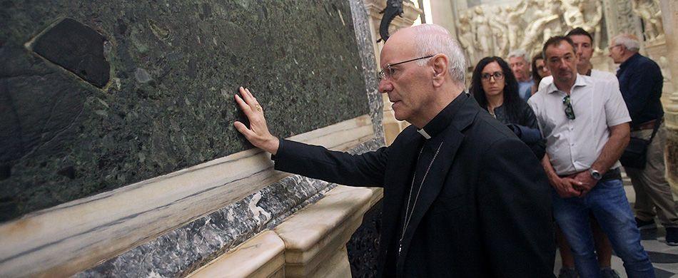 Monsignor Galantino compie il gesto del pellegrino alla Tomba di sant'Antonio