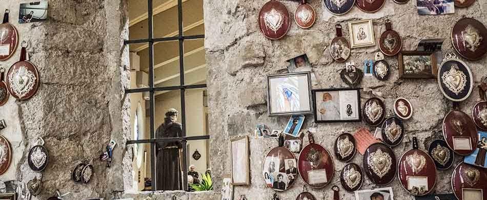Tanti gli ex voto, affidati dai fedeli a sant'Antonio, affissi sul muro dell'omonimo santuario. - ©Andrea Semplici