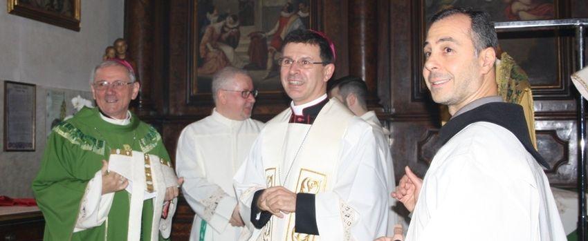 Monsignor Fabio Dal Cin (al centro) con monsignor Claudio Cipolla vescovo di Padova (a sinistra) e con il cerimoniere della Basilica, fra Vincenzo Esposito. - ©AndreaVaona/ArchivioMsa