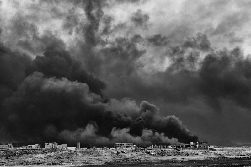 Bombardamenti su Mosul: i pozzi petroliferi bruciano.  - UGO LUCIO BORGA