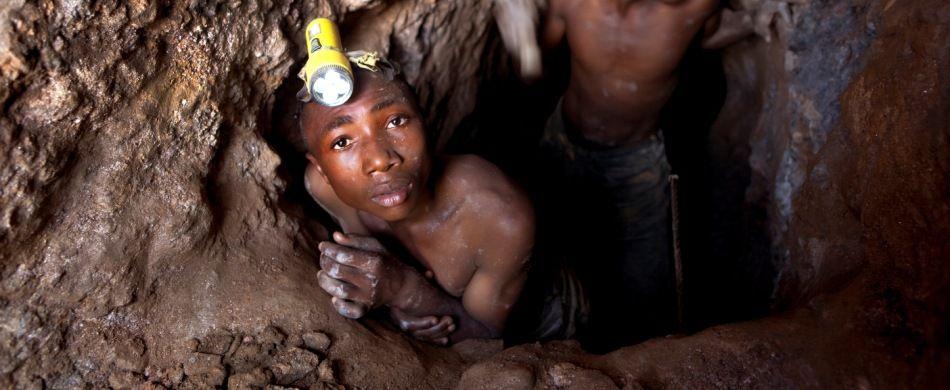 Nel distretto di Szibira, nella provincia del Kivu Sud (Repubblica democratica del Congo), due ragazzi lavorano in una miniera di cassiterite.
