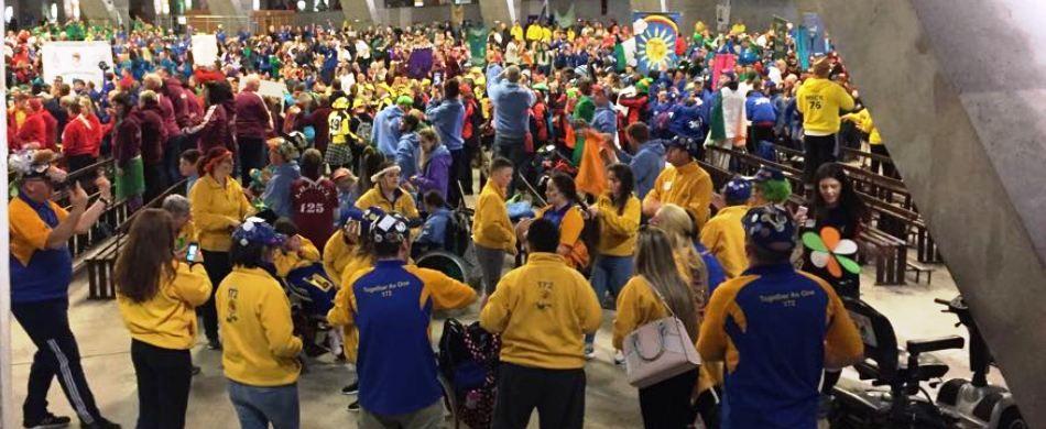 Lourdes, basilica inferiore: i giovani dell'Hcpt in una danza variopinta