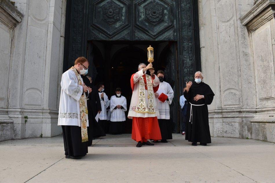 Il patriarca di Venezia mons. Francesco Moraglia esce dalla Basilica della Salute con la reliquia di sant'Antonio tra le mani. Direzione: Padova. -
