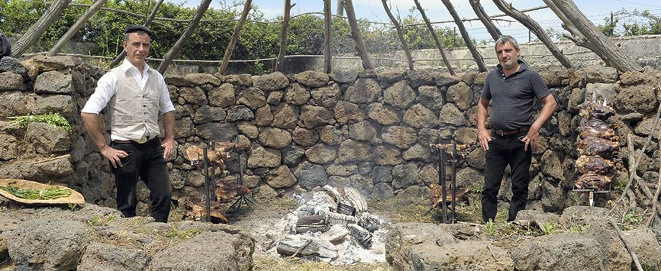 pastori sardi attorno al fuoco