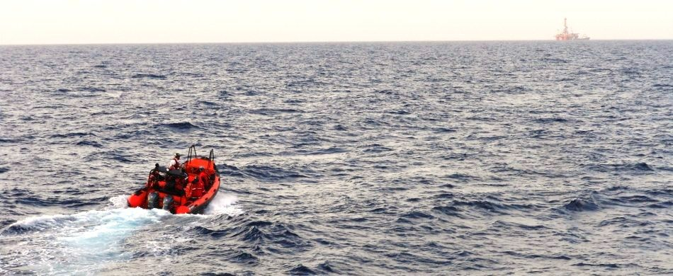 un gommone in mare per recuperare i migranti avvistati