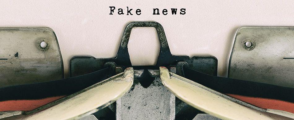 scritta fake news battuta da una macchina da scrivere