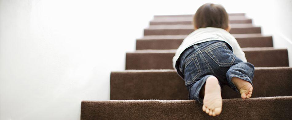 un bimbo gattona sulle scale