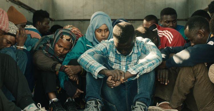 Una scena del film «L'ordine delle cose» di Andrea Segre. Al centro, tra i migranti, si riconosce l'attrice Yusra Warsama.
