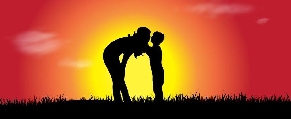 Un bacio tra madre e figlio.