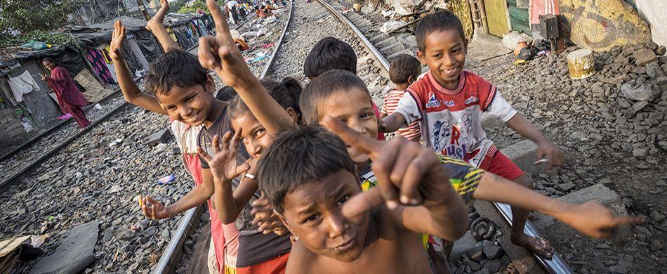 Bambini nello slum ferroviario di Park Circus