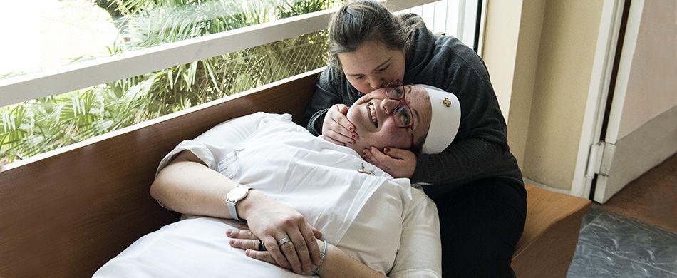 giovane con sindrome di down bacia volontaria Unitalsi