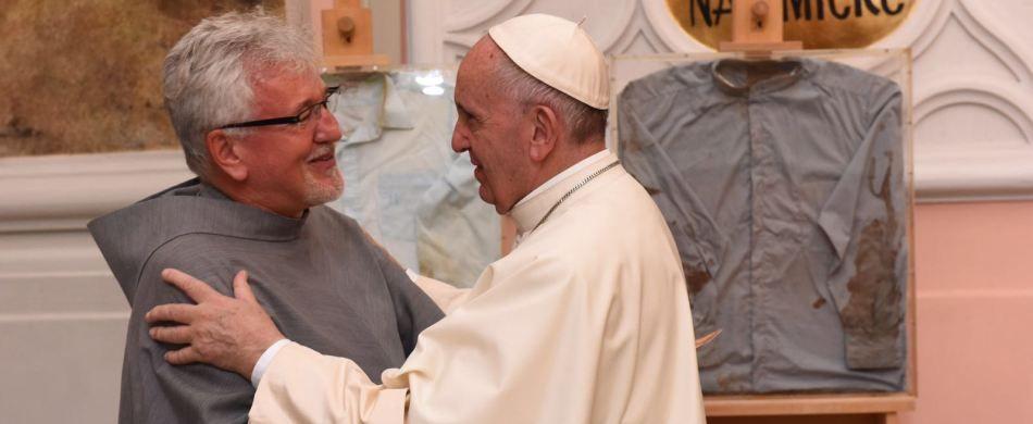 papa Francesco e fra Jarek di fronte alle reliquie dei martiri del Perù