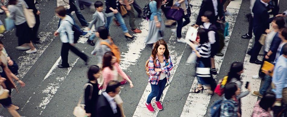 una ragazza sola tra la folla