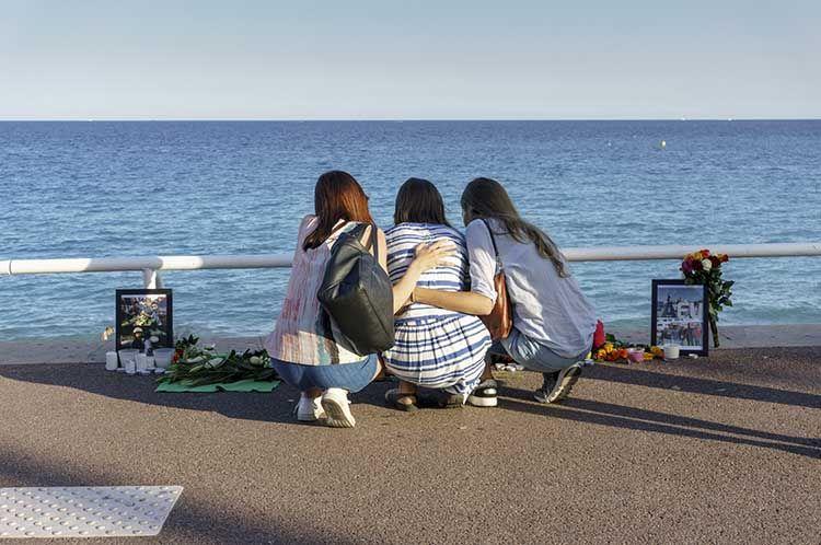 Ragazze in lutto nel lungomare di Nizza