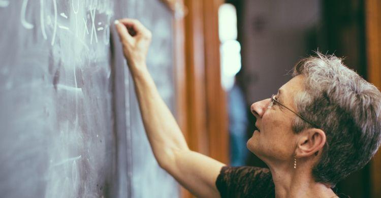 L'insegnante gioca un ruolo fondamentale per il futuro delle nuove generazioni.