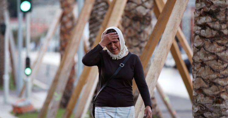 Una donna musulmana piange le vittime dell'attacco terroristico di Nizza lo scorso 14 luglio