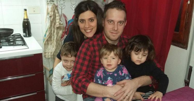 mamma papà e tre figli nella cucina della loro casa
