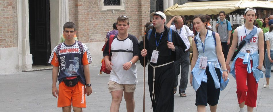Pellegrini con un frate sul Cammino di sant'Antonio
