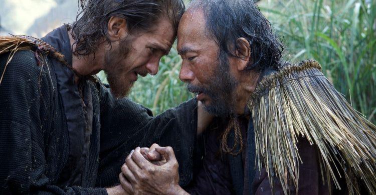 Andrew Garfield (a sinistra) in una scena di «Silence».
