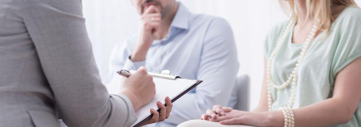 coppia con terapeuta durante una seduta di terapia di coppia