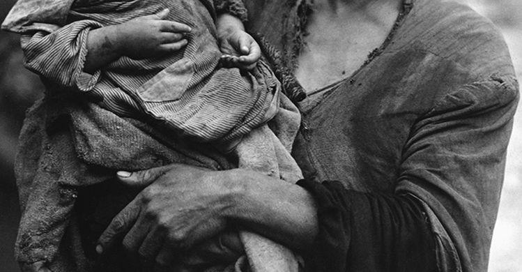 madre povera con bambino, XX secolo